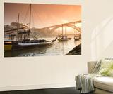 Barcos transportando oporto, río Duero y silueta de la ciudad , Oporto, Portugal Póster por Michele Falzone