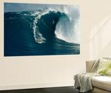 Surfeur sur une vague immense au nord de l'île Maui Affiches par Patrick McFeeley