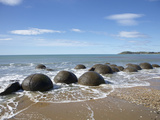 Moeraki Boulders, North Otago, South Island, New Zealand Fotografiskt tryck av David Wall