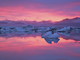 Sunset over the Jokulsarlon Glacier Lagoon, Hofn, Iceland Photographie par Josh Anon