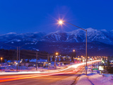 Traffic Flows into Town on Highway 93 at Dusk in Winter in Whitefish, Montana, Usa Stampa fotografica di Chuck Haney