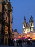 Astronomical Clock of Gothic Old Town Hall, Stalls of Christmas Market, Prague 写真プリント : リチャード・ネベスキー