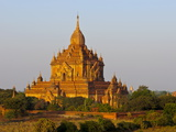 Huge Old Temple in Bagan, Myanmar, Asia Fotografiskt tryck av Michael Runkel