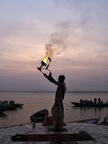 Sunrise Ritual at the River Ganges, Varanasi (Benares), Uttar Pradesh, India, Asia Fotografisk tryk af Jochen Schlenker