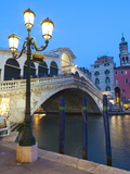 Rialto Bridge on the Grand Canal, Venice, UNESCO World Heritage Site, Veneto, Italy, Europe Lámina fotográfica por Amanda Hall