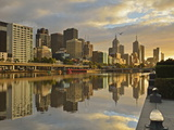 Sunrise, Melbourne Central Business District (Cbd) and Yarra River, Melbourne, Victoria, Australia Fotografisk tryk af Jochen Schlenker