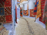 Traditional Moroccan Rugs and Fabrics on Display, Chefchaouen, Morocco, North Africa, Africa Photographie par Guy Edwardes