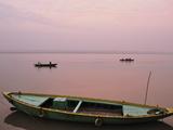 River Ganges (Ganga) at Sunrise, Varanasi (Benares), Uttar Pradesh, India, Asia Fotografisk tryk af Jochen Schlenker