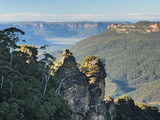 The Three Sisters and Jamison Valley, Blue Mountains, Blue Mountains National Park, Nsw, Australia Fotografisk tryk af Jochen Schlenker