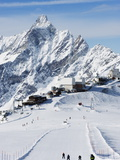 Skiers, Mountain Scenery in Cervinia Ski Resort, Cervinia, Valle D&#39;Aosta, Italian Alps, Italy Photographie par Christian Kober