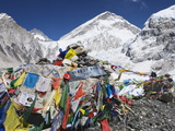 Prayer Flags at the Everest Base Camp Sign, Sagarmatha National Park, Himalayas Photographie par Christian Kober