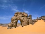Afzgar Arch, Akakus, Sahara Desert, Fezzan, Libya, North Africa, Africa Fotografisk tryk af Sergio Pitamitz