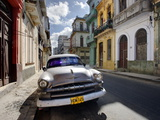 Old American Plymouth Car Parked on Deserted Street of Old Buildings, Havana Centro, Cuba Fotografisk tryk af Lee Frost