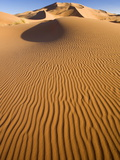 Rolling Orange Sand Dunes and Sand Ripples in the Erg Chebbi Sand Sea Near Merzouga, Morocco Fotografisk tryk af Lee Frost