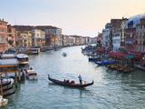 A Gondola Crossing the Grand Canal, Venice, UNESCO World Heritage Site, Veneto, Italy, Europe Fotografie-Druck von Amanda Hall