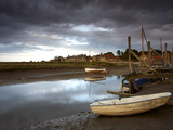 A Moody Summer Evening at Blakeney Quay, North Norfolk, England, United Kingdom, Europe Lámina fotográfica por Jon Gibbs