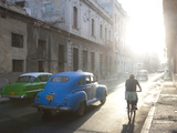 Street Scene Bathed in Early Morning Sunlight Showing Old American Cars and Cyclists, Havana, Cuba Fotoprint