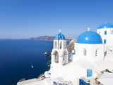 Blue Domed Churches in the Village of Oia, Santorini (Thira), Cyclades Islands, Aegean Sea, Greece Fotografie-Druck von Gavin Hellier