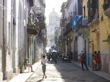 Typical Residential Street in Havana Vieja, Havana, Cuba Fotografisk tryk af Lee Frost
