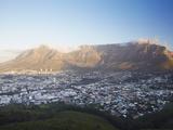 Vista de Montaña de la Mesa y City Bowl, Ciudad del Cabo, Provincia Occidental del Cabo, Sudáfrica, África Lámina fotográfica por Ian Trower
