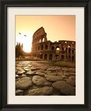 Kolosseum und Via Sacra, Sonnenaufgang, Rom, Italien Gerahmter Fotografie-Druck von Michele Falzone
