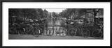 Fahrrad lehnt an einem Metallgeländer auf einer Brücke, Amsterdam, Niederlande Gerahmter Fotografie-Druck von  Panoramic Images