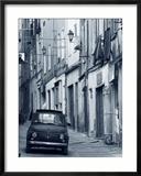 Fiat in schmaler Strasse in Sassari, Sardinien, Italien Gerahmter Fotografie-Druck von Doug Pearson