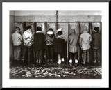 Pinkelnde Jungs Druck aufgezogen auf Holzplatte von Robert Doisneau