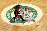 Boston, MA - June 03: LeBron James and Paul Pierce Fotografisk tryk af Jared Wickerham
