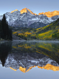 The Maroon Bells in Autumn Fotoprint van Robbie George