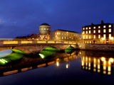 Four Courts on the River Liffey in Dublin, Ireland Fotografisk tryk af Chris Hill