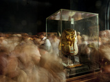 Tourists Visit King Tut's Funerary Mask in Cairo's Egyptian Museum Impressão fotográfica por Kenneth Garrett