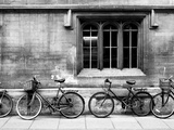 A Row of Bikes Leaning Against an Old School Building in Oxford, England Fotografisk tryk af Keith Barraclough
