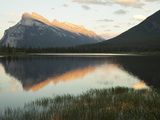 Canadian Rockies and Mount Rundle at Dusk, Seen from Vermillion Lakes Fotografisk tryk af Keith Barraclough