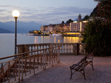 Promenade and Lake at Dusk, Bellagio, Lake Como, Lombardy, Italian Lakes, Italy, Europe Fotodruck von Frank Fell