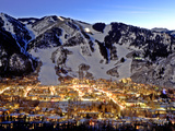 The Mountain Town of Aspen, Colorado, at Dusk in the Winter Fotografisk tryk af Robbie George