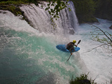 A Kayaker Running Spirit Falls, Little White Salmon River Lámina fotográfica por Jed Weingarten/National Geographic My Shot