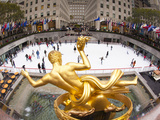 Ice Skating Rink Below the Rockefeller Centre Building on Fifth Avenue, New York City, New York, Un Photographie par Gavin Hellier