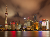City Skyline at Night with Oriental Pearl Tower and Pudong Skyscrapers across the Huangpu River, Sh Lámina fotográfica por Neale Clark