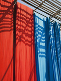 Freshly Dyed Fabric Hanging to Dry, Sari Garment Factory, Rajasthan, India, Asia Lmina fotogrfica por Gavin Hellier