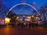 Wembley Stadium with England Supporters Entering the Venue for International Game, London, England, Fotografisk trykk av Mark Chivers