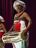 Drummer in a Pancha Thuryas Kandyan Dance Orchestra at Tourist Show in the Kandyan Arts Association Photographie par Rob Francis