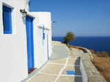 Blue Door and Shutters, Kastro Village, Sifnos, Cyclades Islands, Greek Islands, Aegean Sea, Greece Photographie par  Tuul