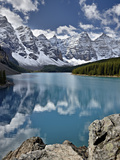 Moraine Lake in the Fall with Fresh Snow, Banff National Park, UNESCO World Heritage Site, Alberta, Lámina fotográfica por James Hager