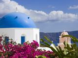 Greek Orthodox Church in Oia Village, Santorini Island, Cyclades, Greek Islands, Greece, Europe Fotografisk tryk af Richard Cummins