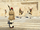 Evzone, Greek Guards During the Changing of the Guard Ceremony, Syntagma Square, Parliament Buildin Reproduction photographique par  Tuul