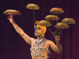 Man Performing the Raban Dance and Balancing Drums in a Tourist Show at the Kandyan Arts Associatio Photographie par Rob Francis