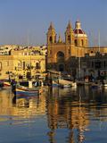 Harbour with Luzzu Fishing Boats and Marsaxlokk Parish Church at Sunrise, Marsaxlokk, Malta, Medite Papier Photo par Stuart Black