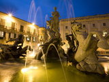 Fountain of the Nymph Arethusa in Piazza Archimede, Siracusa, Sicily, Italy, Europe Photographic Print by Stuart Black