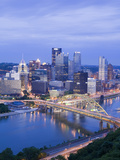 Pittsburgh Skyline and Fort Pitt Bridge over the Monongahela River, Pittsburgh, Pennsylvania, Unite Lámina fotográfica por Richard Cummins